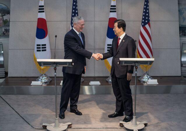Secretário da Defesa dos EUA, James Mattis, e seu homólogo sul-coreano, Han Min-koo (foto de arquivo)