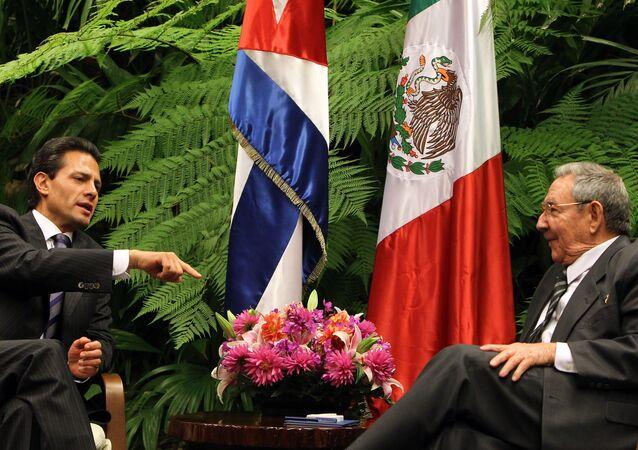 Presidente do México, Enrique Peña Nieto, conversa com seu homólogo cubano, Raúl Castro, em Havana