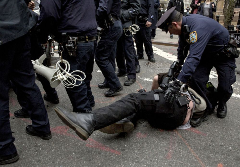Detenção dum fotógrafo durante protestos contra a violência policial
