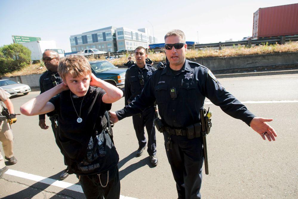 Policiais detêm manifestantes durante um protesto contra a violência policial em Oakland.