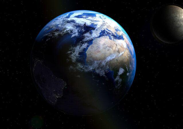 Terra, Lua