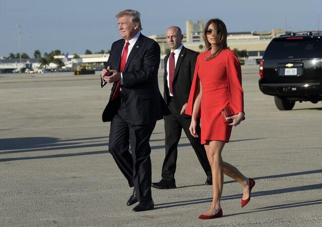 O presidente Donald Trump anda com a primeira-dama Melania Trump no Aeroporto Internacional de Palm Beach. Fevereiro, 3, 2017.