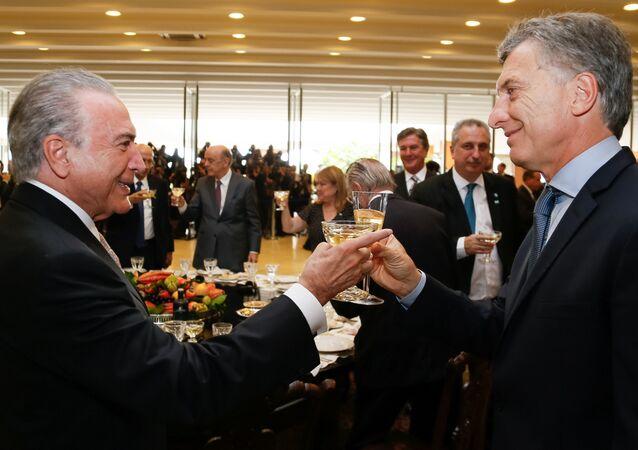 Um brinde entre Michel Temer e Mauricio Macri, durante almoço no Palácio do Itamaraty