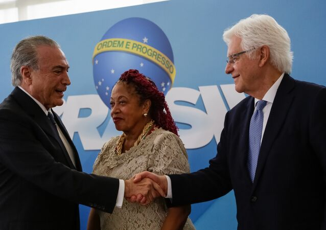 Michel Temer e Moreira Franco se cumprimentam durante a cerimônia de nomeação de novos ministros do governo