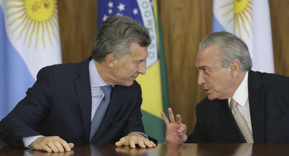 O presidente do Brasil, Michel Temer, fala com o seu homólogo argentino, Mauricio Macri, durante o encontro no Planalto em 7 de fevereiro de 2017