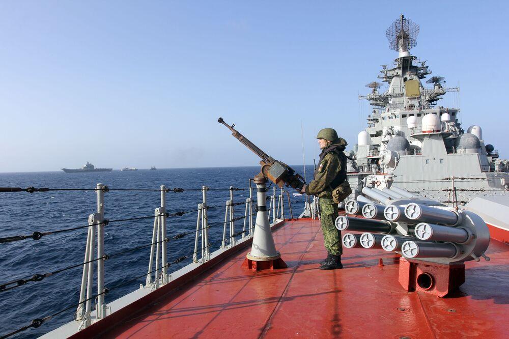 Um militar a bordo do cruzador nuclear Pyotr Veliky no Atlântico