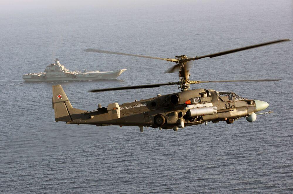 Helicóptero Ka-52K e porta-aviões Admiral Kuznetsov no Mediterrâneo