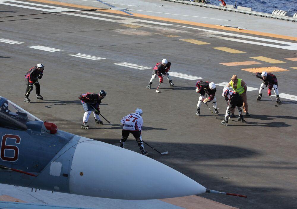 Militares jogam hóquei sobre patins no convés do porta-aviões Admiral Kuznetsov