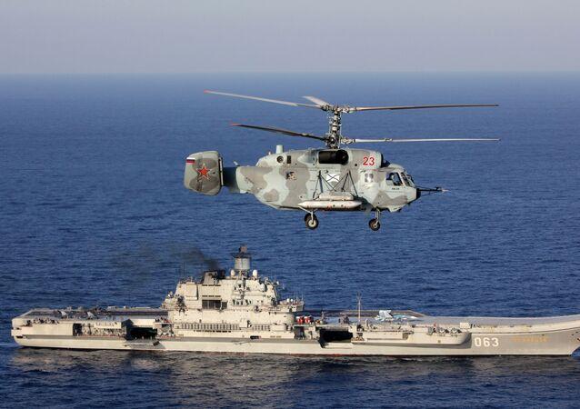 Porta-aviões Admiral Kuznetsov e helicóptero Ka-29 das Forças Armadas da Rússia no Mediterrâneo