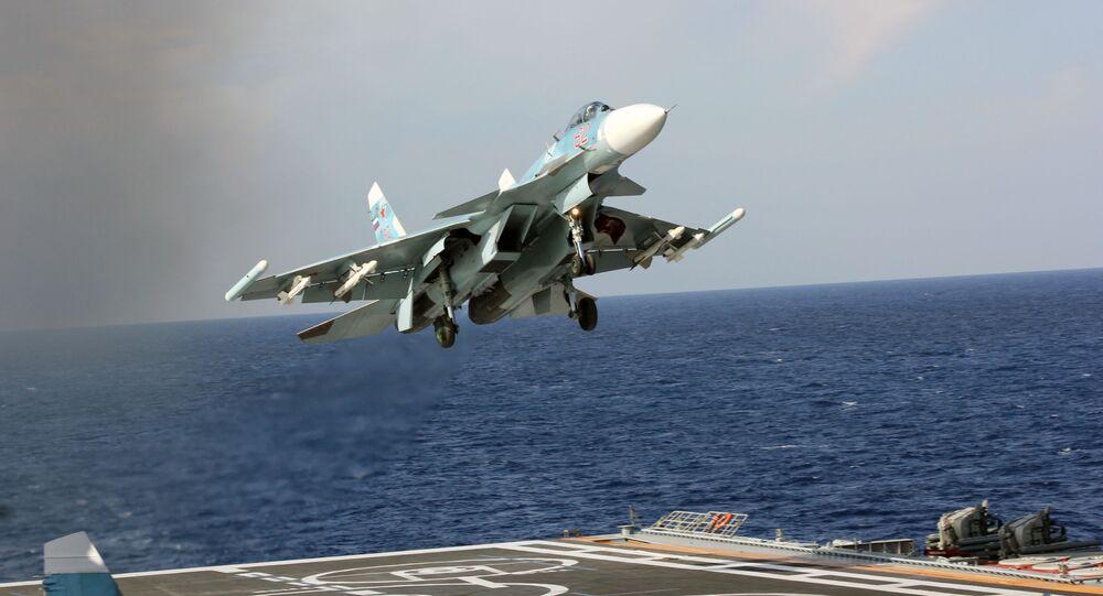 Caça Su-33 pousa na coberta do porta-aviões Admiral Kuznetsov