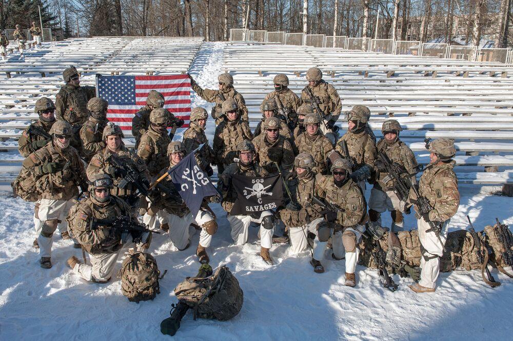 Militares americanos durante a demonstração de material militar e armamento da OTAN na Letônia