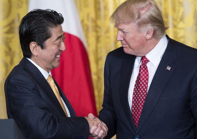 O primeiro-ministro do Japão, Shinzo Abe, cumprimenta o presidente dos EUA, Donald Trump, em encontro na Casa Branca