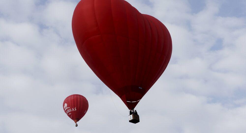 Balão de ar quente em forma de coração vou durante Love Cup 2016, na véspera do Dia dos Namorados