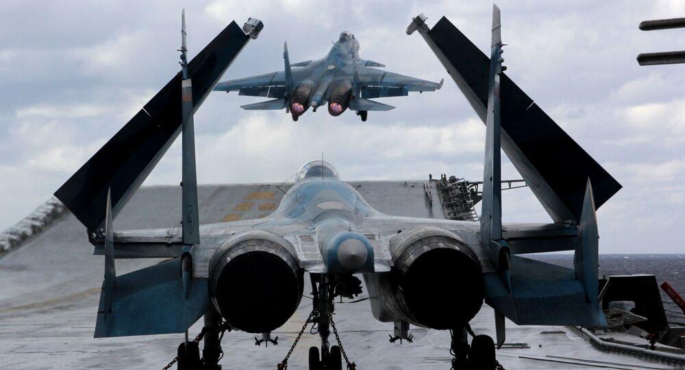 Caças Su-33 e MiG-29K no convés do porta-aviões russo Admiral Kuznetsov, em meio do mar Mediterrâneo.