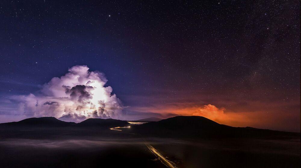 Exposição longa da câmera permite captar lava fundida que corre do Piton de la Fournaise,  um dos vulcões mais ativos no planeta.