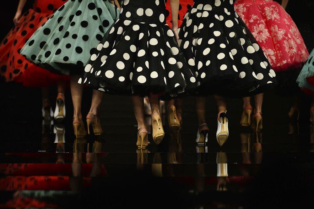 Modelos apresentam peças criadas por Cristina Garcia durante o show International Flamenco Fashion em Sevilla.