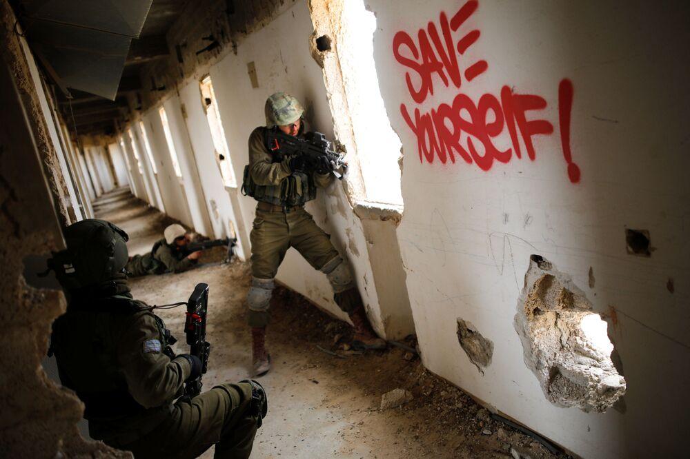 Soldados do exército israelense participam das manobras urbanas em hotel abandonado, em Arad.