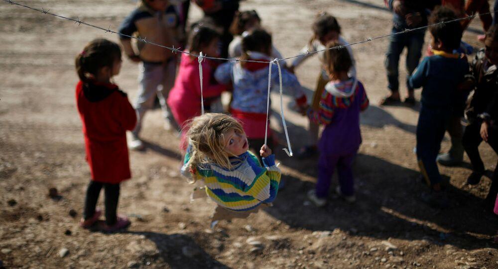 Crianças iraquianas deslocadas que fugiram do baluarte jihadista de Mossul com suas famílias brincam no campo de refugiados de Khazer