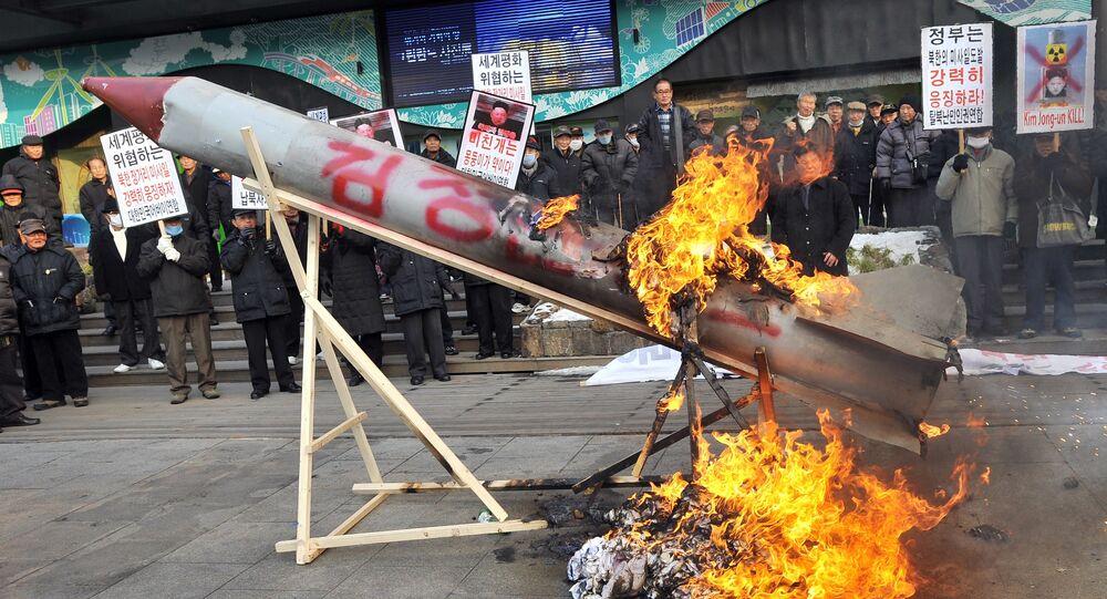 Ativistas sul-coreanos queimam réplicas de mísseis norte-coreanos