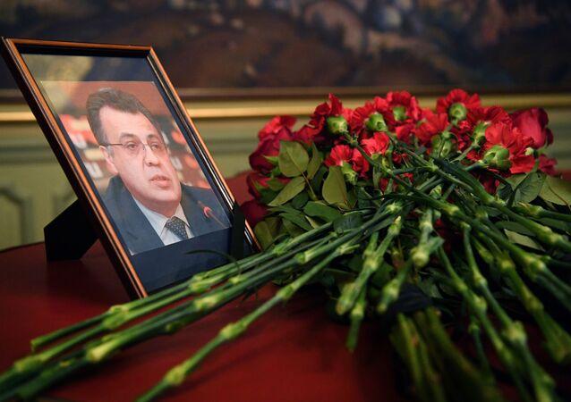 Flores são colocadas na frente do retrato do ex-embaixador russo na Turquia, Andrei Karlov, no Ministério das Relações Exteriores em Moscou, um dia após o seu assassinato na capital turca