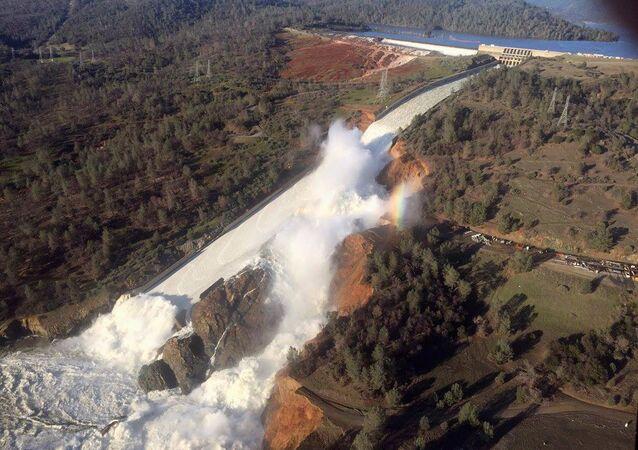 Imagem mostra vertedouro danificado do dique de Oroville, em imagem captada por helicóptero em Oroville, Califórnia, EUA, 11 de fevereiro de 2017