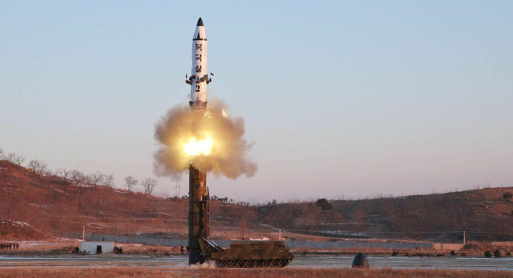 Lançamento do míssil balístico Pukguksong-2 pela Coreia do Norte