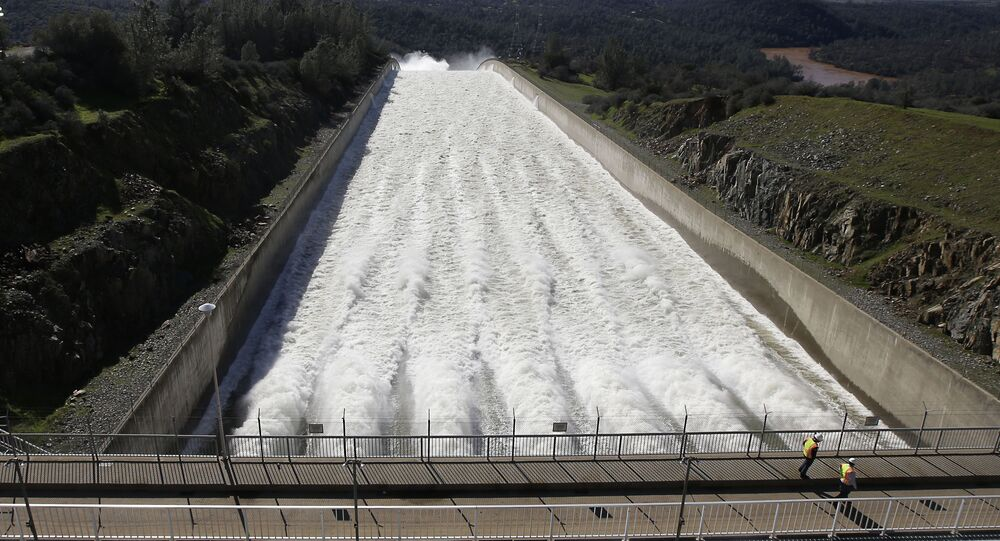 Água ultrapassa dique principal de Oroville, Califórnia, 11 de fevereiro de 2017