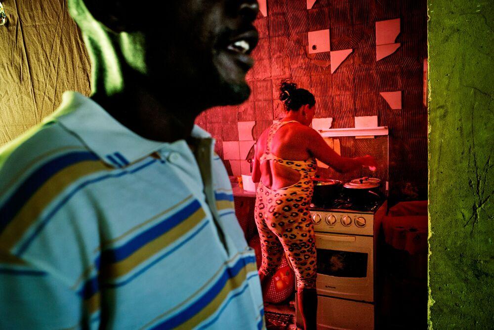 """Imagem da série Palácio de Copacabana de Peter Bauza que retrata a vida de Domingo, um angolano que se mudou para o Brasil em busca de vida melhor alguns anos atrás e se tornou um daqueles que se costuma chamar de """"sem teto, sem terras"""""""