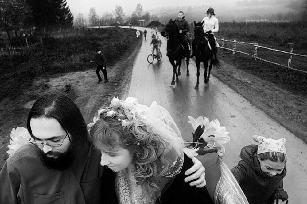 Imagem da série Ilha de Salvação, de Francesco Comello, retrata os habitantes da comunidade de párias isolada e escondida perto de uma estrada lotada entre Moscou e Iaroslavl, fundada na década de 90 por um sacerdote ortodoxo