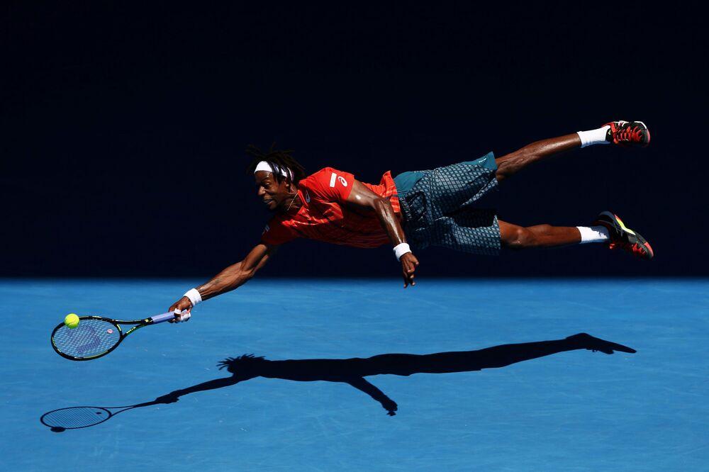 """Imagem chamada Mergulho, de Cameron Spencer, que mostra o atleta francês Gaël Monfils """"mergulhando"""" durante a partida com o tenista russo Andrei Kuznetsov durante a competição Australian Open de 2016, na Austrália"""