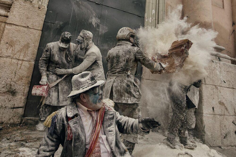 Imagem batizada como Enfarinhados, de Antonio Gibotta, mostra uma cena do festival da Batalha de Farinha que se dá cada 28 de dezembro na província espanhola de Alicante