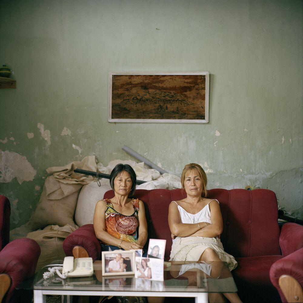 Foto da série Aenikkaeng (migrantes coreanos que se assentaram em Cuba), de Michael Vince Kim, mostra as irmãs Olga e Adelina Lim Hi, umas de poucos descendentes coreanos que não têm mistura de raças, sendo que seu avô, Im Cheon Taek, foi uma das figuras mais influentes da comunidade coreana em Cuba