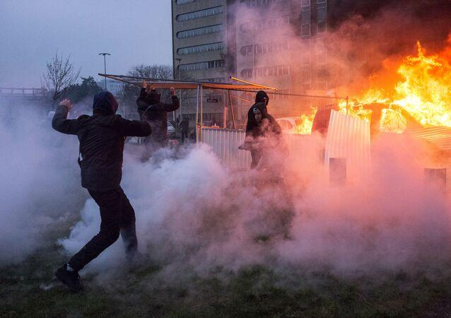 Carro em chamas durante protestos em Bobigny, subúrbio de Paris
