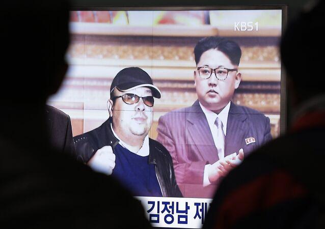 Uma tela de TV mostra fotos do líder norte-coreano, Kim Jong-un, e seu irmão mais velho, Kim Jong-nam, à esquerda, na Estação Ferroviária de Seul, Coreia do Sul, terça-feira, 14 de fevereiro de 2017.