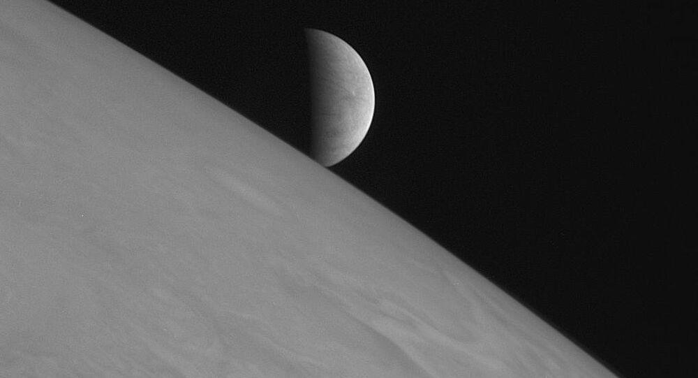 New Horizons capturou esta imagem da lua gelada Europa no momento em que o satélite se levanta acima dos topos das nuvens de Júpiter. Nunca antes uma nave tinha se aproximado tanto do planeta gigante.
