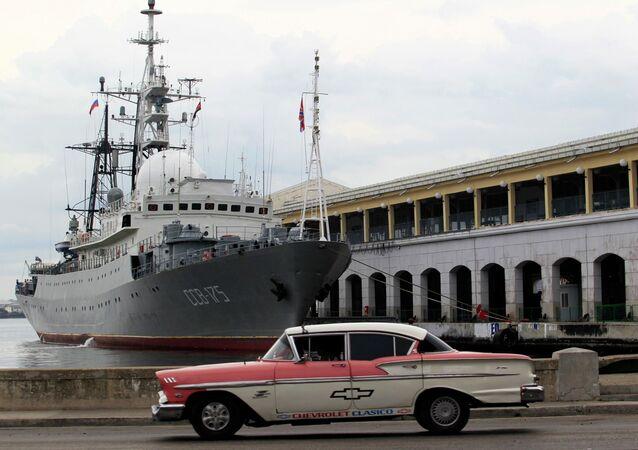 O navio russo Viktor Leonov SSV-175, atracado no porto de Havana, Cuba, em janeiro de 2015