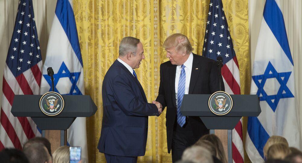 Benjamin Netanyahu, premiê de Israel, em aperto de mãos com o presidente dos EUA, Donald Trump