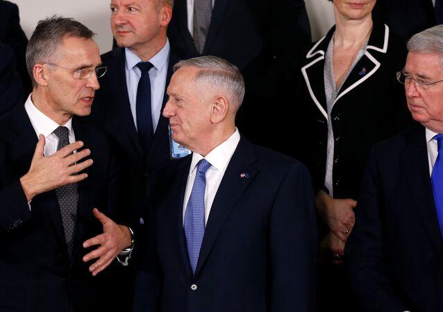 Jens Stoltenberg, secretário-geral da OTAN, e o novo chefe do Pentágono, James Mattis, durante uma reunião em Bruxelas em 15 de fevereiro de 2017