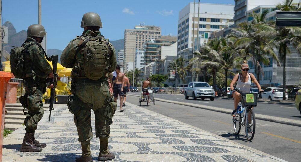Soldados das Forças Armadas atuam no patrulhamento nas praias da zona sul do Rio de Janeiro