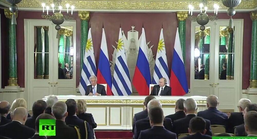 Presidentes do Uruguai e da Rússia, Tabaré Vazquez e Vladimir Putin, em conferência de imprensa após encontro em Moscou - 16 de fevereiro de 2017