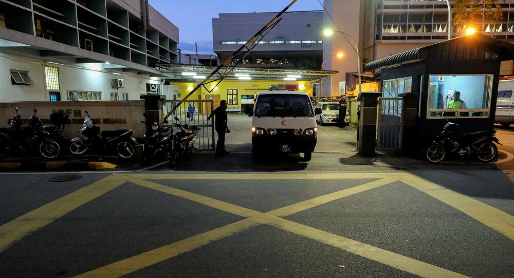 Uma van deixa o necrotério do hospital geral de Kuala Lumpur onde o corpo de Kim Jong-nam é mantido para autópsia na Malásia, 17 de fevereiro de 2017