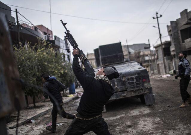 Militares das Forças Especiais iraquianos lutam contra Daesh no bairro al-Barid em Mossul, 18 de dezembro de 2016