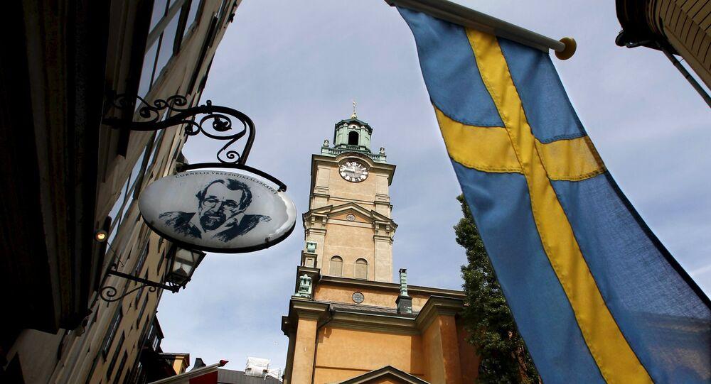 Bandeira da Suécia perto da Catedral de Estocolmo