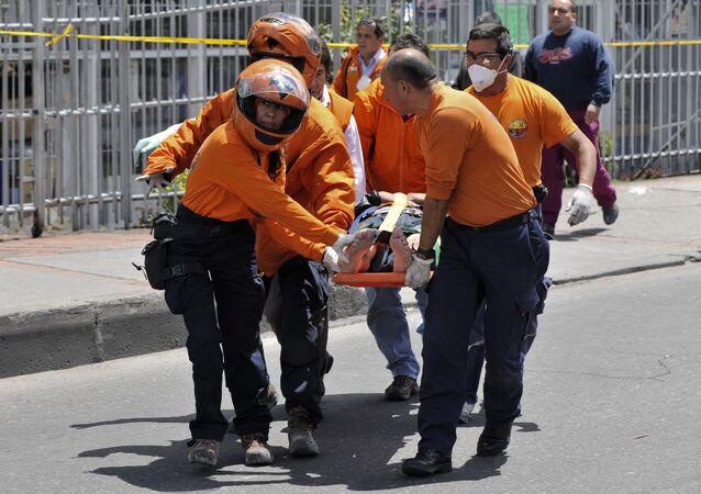 Equipes médicas prestam assistência a ferido em Bogotá. (Arquivo)