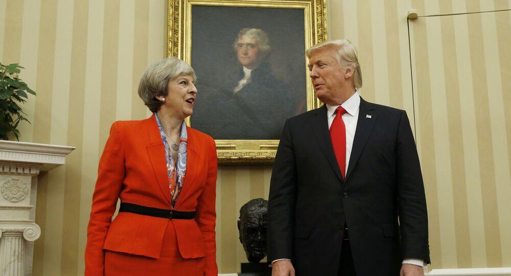 O presidente dos EUA, Donald Trump, fala com a primeira-ministra britânica, Theresa May, no Salão Oval da Casa Branca, em Washington.