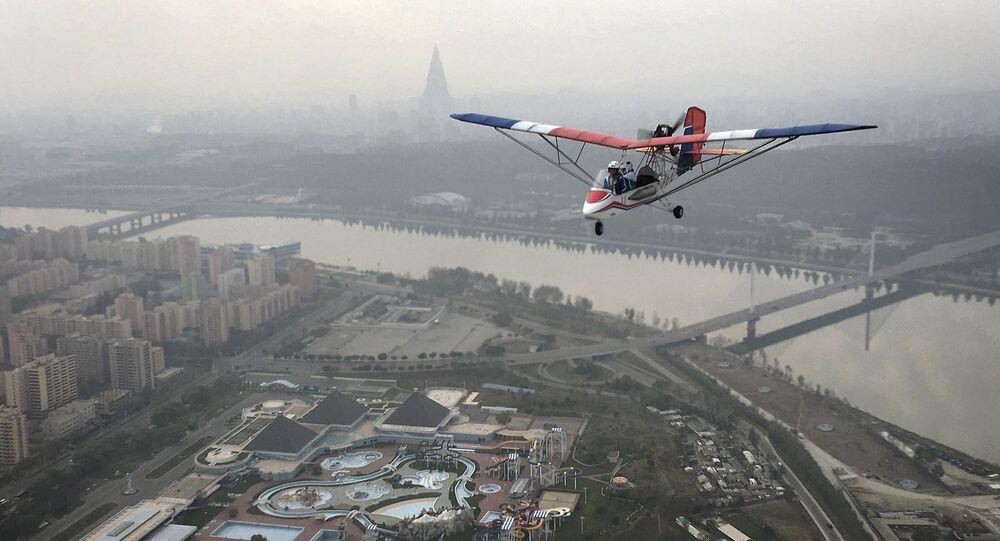 Avião atravessando a cidade de Pyongyang, Coreia do Norte, 16 de outubro de 2016