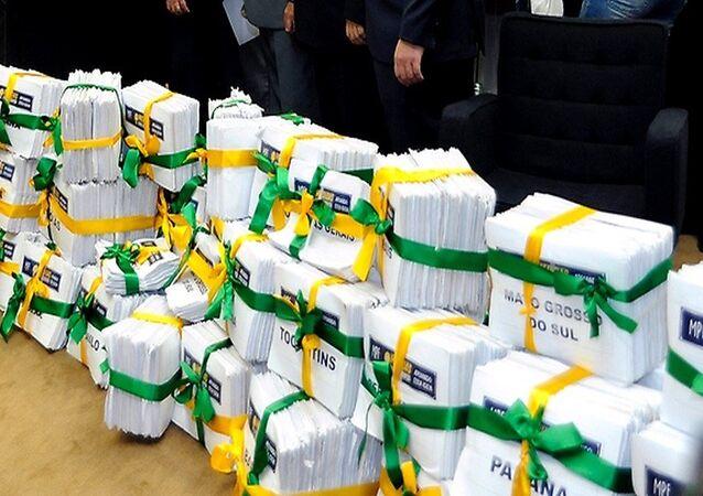Foram recolhidas mais de 2,2 milhões de assinaturas nos estados em apoio ao projeto das dez medidas contra a corrupção