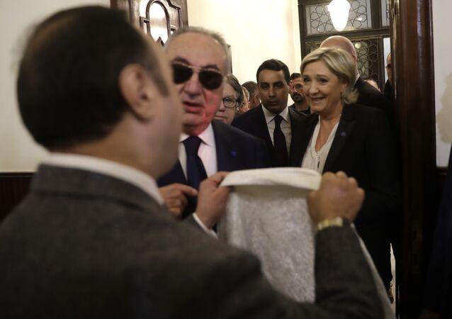 Le Pen se recusou a entrar em uma reunião com o mufti do Líbano depois que seus assessores pediram que ela usasse um lenço de cabeça, caminhando em direção a seu carro e partindo.