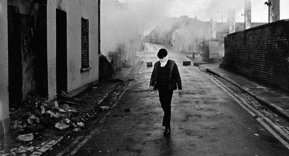 Ruínas e fumaça no distrito católico de Ardoyne, em Belfast, Irlanda do Norte (arquivo)