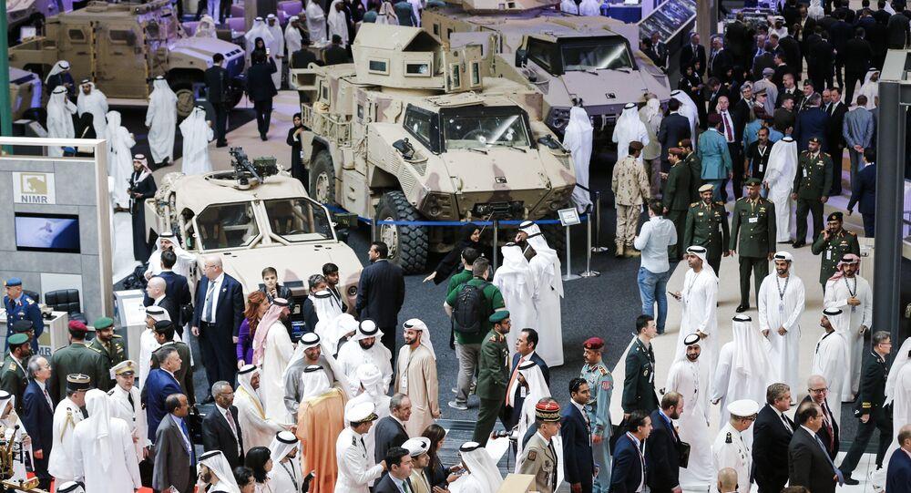 Visitantes no showroom onde são exibidos veículos blindados durante a abertura da Exposição e Conferência Internacional de Defesa (IDEX) na capital dos EAU, Abu Dhabi, em 19 de fevereiro de 2017